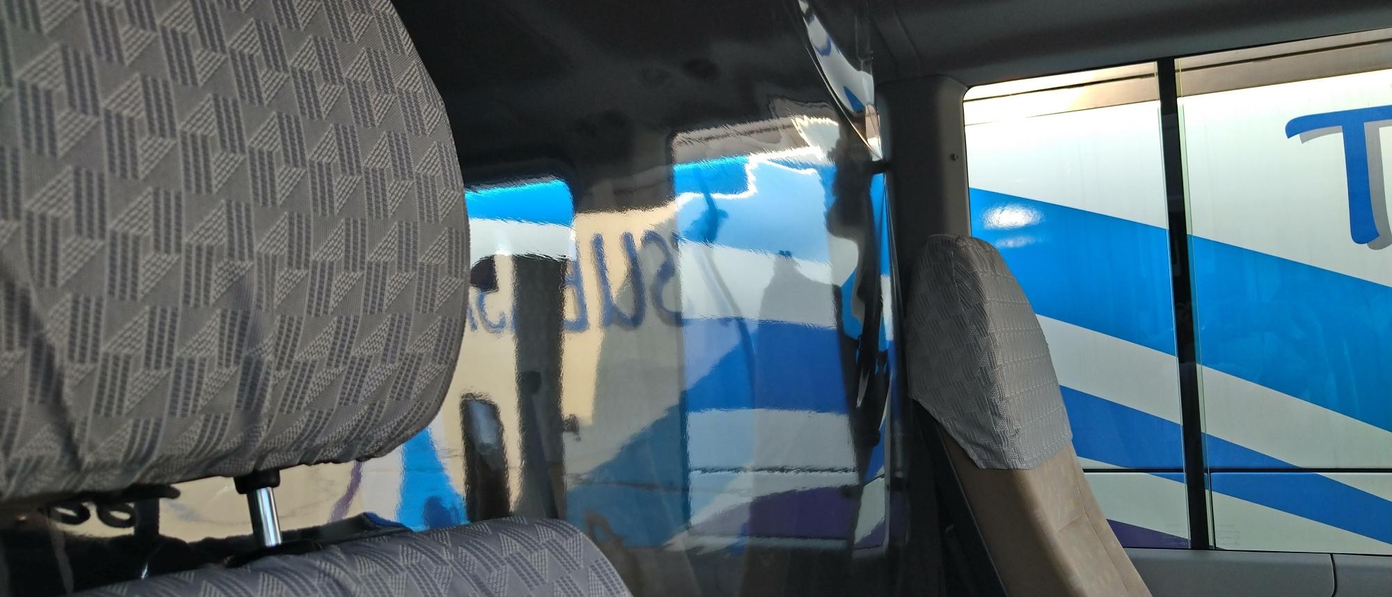仕切りカーテン(小型バスの例)